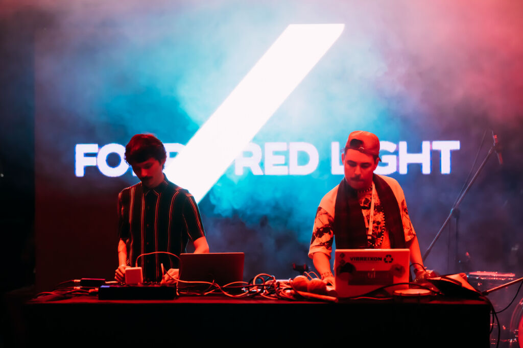 Forró Red Light Fala Sobre Lançamento Do EP Tropeiros Trópicos, Referências E Mais